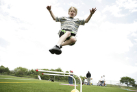 View of a small boy jumping in air. 20025326374| 写真素材・ストックフォト・画像・イラスト素材|アマナイメージズ
