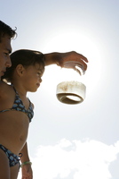 View of a man showing a jar to a girl. 20025326533| 写真素材・ストックフォト・画像・イラスト素材|アマナイメージズ