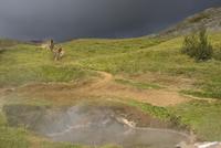 Iceland, Two men mountain biking 20025327514| 写真素材・ストックフォト・画像・イラスト素材|アマナイメージズ