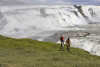 Iceland, Men mountain biking, waterfall in background 20025327521| 写真素材・ストックフォト・画像・イラスト素材|アマナイメージズ