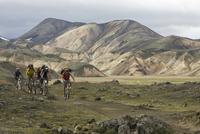 Iceland, Men mountain biking in hilly landscape 20025327525| 写真素材・ストックフォト・画像・イラスト素材|アマナイメージズ