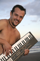 Spain, Canary Islands, Gran Canaria, Young man playing keyboard 20025327633  写真素材・ストックフォト・画像・イラスト素材 アマナイメージズ
