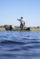 Africa, Botswana, Okavango Delta, Men in canoe 20025327668| 写真素材・ストックフォト・画像・イラスト素材|アマナイメージズ