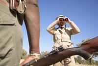 Africa, Botswana, Okavango Delta, Men on Safari 20025327670| 写真素材・ストックフォト・画像・イラスト素材|アマナイメージズ