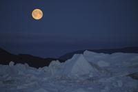 West Greenland, Ilulissat, Iceberg with full moon 20025327751| 写真素材・ストックフォト・画像・イラスト素材|アマナイメージズ