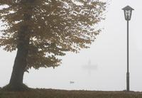 Austria, Salzkammergut, Lake Mondsee, Morning fog 20025327896| 写真素材・ストックフォト・画像・イラスト素材|アマナイメージズ