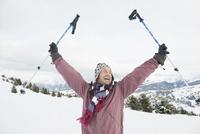 Italy, South Tyrol, Seiseralm, Man holding ski poles, cheering, portrait 20025328082| 写真素材・ストックフォト・画像・イラスト素材|アマナイメージズ