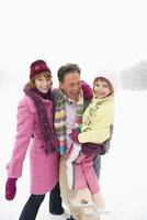 Italy, South Tyrol, Seiseralm, Family on frozen lake, portrait, close-up 20025328176| 写真素材・ストックフォト・画像・イラスト素材|アマナイメージズ