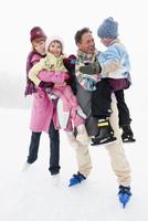Italy, South Tyrol, Seiseralm, Family on frozen lake 20025328178| 写真素材・ストックフォト・画像・イラスト素材|アマナイメージズ