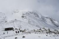 Nepal, Pashchimanchal, Gandaki, Annapurna Conservation Area, People at Thorong La (Thorung La) summit pass 20025328351| 写真素材・ストックフォト・画像・イラスト素材|アマナイメージズ