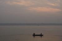 India, Uttar Pradesh, Varanasi, view of boat on River Ganges at sunrise 20025328374| 写真素材・ストックフォト・画像・イラスト素材|アマナイメージズ