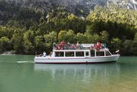 Austria, Tyrol, Ammergau Alps, MS Margarethe ship at Plansee lake 20025328487| 写真素材・ストックフォト・画像・イラスト素材|アマナイメージズ