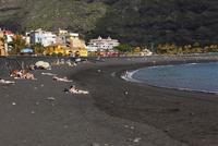 Spain, Canary Islands, La Palma, Tourist on beach 20025328522| 写真素材・ストックフォト・画像・イラスト素材|アマナイメージズ