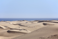 Spain, Gran Canaria, Playa del Ingles, Tourist on sand dunes of maspalomas