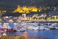Germany, Heidelberg, People in boat on Neckar River with castle in background 20025328773| 写真素材・ストックフォト・画像・イラスト素材|アマナイメージズ