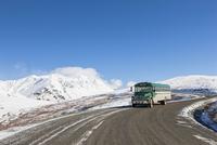 USA, Alaska, Visitor bus on way to Wonder Lake at Denali National Park