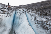 USA, Alaska, Tourist standing on Worthington Glacier 20025328988| 写真素材・ストックフォト・画像・イラスト素材|アマナイメージズ