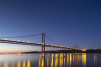 Portugal, Lisbon, View of 25 de Abril Bridge at River Tagus