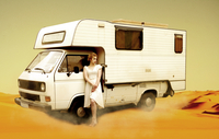 Germany, Berlin, Young woman standing next to camping bus in desert 20025329127| 写真素材・ストックフォト・画像・イラスト素材|アマナイメージズ