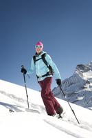 Austria, Woman skiing on mountain at Salzburger Land 20025329142| 写真素材・ストックフォト・画像・イラスト素材|アマナイメージズ