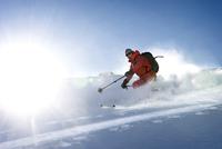 Austria, Man skiing in powder snow at Salzburger Land 20025329151| 写真素材・ストックフォト・画像・イラスト素材|アマナイメージズ