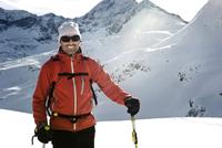 Austria, Man skiing on mountain at Salzburger Land, smiling 20025329155  写真素材・ストックフォト・画像・イラスト素材 アマナイメージズ