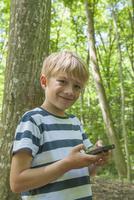 Germany, Bavaria, Munich, Portrait of boy with geocaching, smiling 20025329411| 写真素材・ストックフォト・画像・イラスト素材|アマナイメージズ