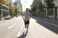 Germany, North Rhine Westphalia, Duesseldorf, Mid adult man jogging 20025329432| 写真素材・ストックフォト・画像・イラスト素材|アマナイメージズ