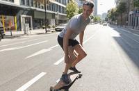 Germany, North Rhine Westphalia, Duesseldorf, Mid adult man riding skateboard 20025329443| 写真素材・ストックフォト・画像・イラスト素材|アマナイメージズ