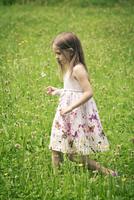 Germany, Bavaria, Landshut, Girl walking in meadow 20025329447| 写真素材・ストックフォト・画像・イラスト素材|アマナイメージズ