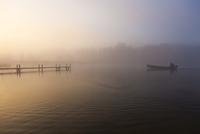 Germany, Bavaria, View of fog on Staffelsee 20025329486| 写真素材・ストックフォト・画像・イラスト素材|アマナイメージズ
