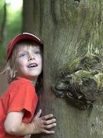 Austria, Boy leaning on tree trunk, smiling 20025329502| 写真素材・ストックフォト・画像・イラスト素材|アマナイメージズ