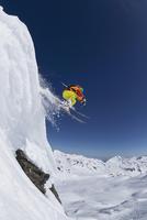 Austria,Tyrol, Mature man skiing in snow 20025329511| 写真素材・ストックフォト・画像・イラスト素材|アマナイメージズ