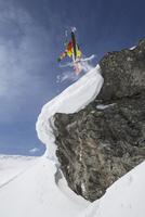 Austria, Tyrol, Mature man skiing in snow 20025329516| 写真素材・ストックフォト・画像・イラスト素材|アマナイメージズ
