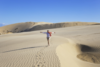 New Zealand, Mature woman walking on Te Paki Giant Sand Dunes 20025329524| 写真素材・ストックフォト・画像・イラスト素材|アマナイメージズ
