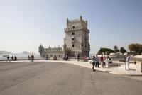 Portugal, Lisbon, People at Torre de Belem 20025329636| 写真素材・ストックフォト・画像・イラスト素材|アマナイメージズ