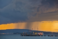 Germany, Ferry jetty and rain clouds at Lake Constance 20025329881  写真素材・ストックフォト・画像・イラスト素材 アマナイメージズ