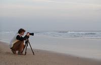 Spain, Young man taking photograph of beach 20025330095| 写真素材・ストックフォト・画像・イラスト素材|アマナイメージズ