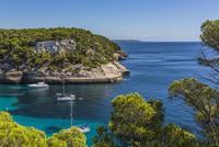 Spain, Balearic Islands, Menorca, sailing boats at Cala Mitjana 20025330203| 写真素材・ストックフォト・画像・イラスト素材|アマナイメージズ