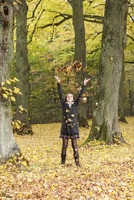 Girl throwing autumn leaves in a forest 20025330227| 写真素材・ストックフォト・画像・イラスト素材|アマナイメージズ
