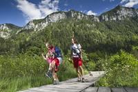 Germany, Bavaria, Chiemgau, Family walking at mountain lake 20025330367| 写真素材・ストックフォト・画像・イラスト素材|アマナイメージズ