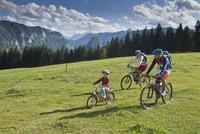 Germany, Bavaria, Family biking in Chiemgau 20025330368| 写真素材・ストックフォト・画像・イラスト素材|アマナイメージズ
