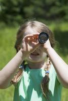 Germany, Bavaria, girl looking through binoculars, close-up 20025330402| 写真素材・ストックフォト・画像・イラスト素材|アマナイメージズ