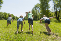 Germany, Bavaria, four children starting to run 20025330410| 写真素材・ストックフォト・画像・イラスト素材|アマナイメージズ