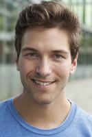 Germany, North Rhine Westphalia, Duesseldorf, Portrait of young man, smiling 20025330424| 写真素材・ストックフォト・画像・イラスト素材|アマナイメージズ