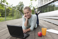 Germany, North Rhine Westphalia, Duesseldorf, Young woman using laptop