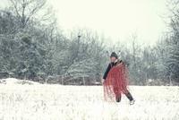 Germany, Rhineland-Palatinate, Neuwied, shepherd on snow covered pasture 20025330538| 写真素材・ストックフォト・画像・イラスト素材|アマナイメージズ