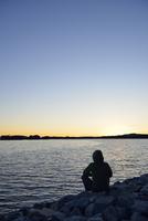 Sweden, Storuman, Man by the lakeside at sunset 20025330695  写真素材・ストックフォト・画像・イラスト素材 アマナイメージズ
