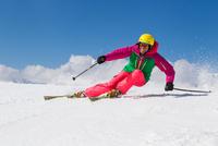 Switzerland, Graubuenden, Obersaxen, female Skier 20025330720| 写真素材・ストックフォト・画像・イラスト素材|アマナイメージズ