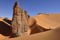 Algeria, Tassili n' Ajjer, Tadrart, Sahara, Tassili n' Ajjer National Park, view to sand dunes and rocks of Moul Nag with people